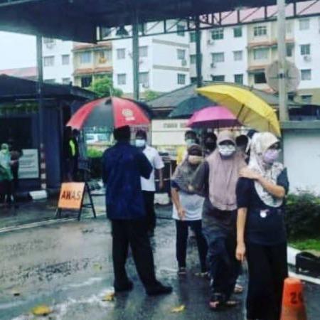 @sinar.harian Ibu kendong anak kecil beratur dalam hujan lebat ambil bantuan Link Thumbnail | Linktree