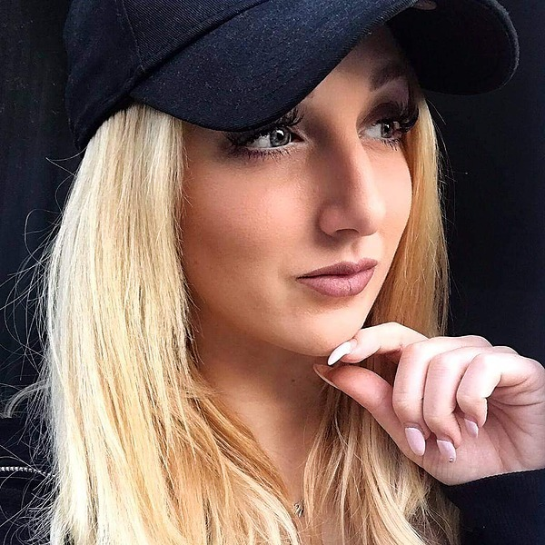 @sheena.schwedler.model (sheena_schwedler) Profile Image   Linktree